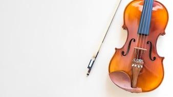 Zasięrzutny widok skrzypce z łękiem na białym tle