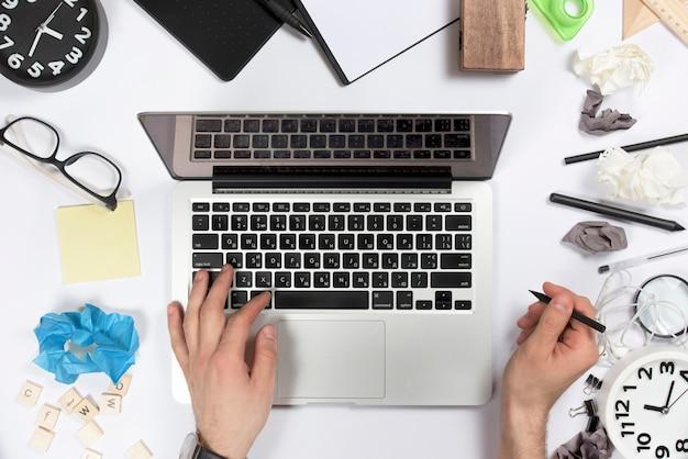 Zasięrzutny widok biznesmen używa cyfrową pastylkę na biurowym biurku