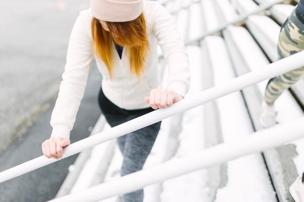 Zasięrzutny widok ćwiczy w zimie młoda kobieta