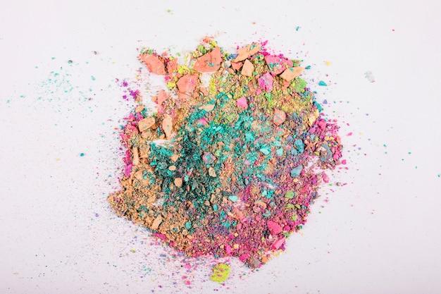 Zasięrzutny Widok Kolorowi Twarz Proszki Na Białym Tle Darmowe Zdjęcia