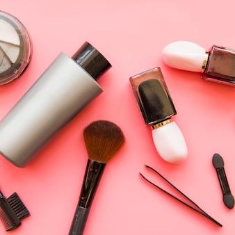Zasięrzutny widok kosmetyków makeup produkty na różowym tle