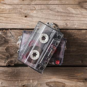 Zasięrzutny widok przejrzysta kasety taśma na drewnianym stole