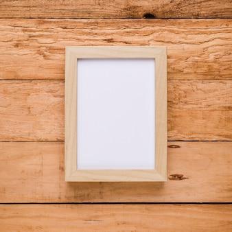 Zasięrzutny widok pustej ramy obrazu nad teksturowanym biurkiem