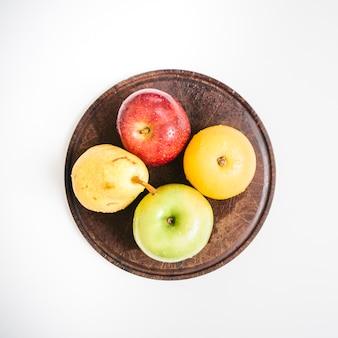 Zasięrzutny widok świeże owoc na talerzu