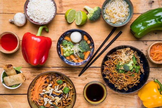 Zasięrzutny widok tradycyjnego tajskiego jedzenia z sosami na drewnianej desce