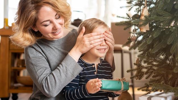 Zaskakujący chłopiec matka z prezentem