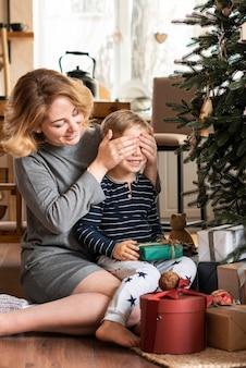 Zaskakujący syn matka z prezentem