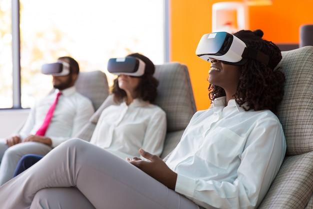 Zaskoczeni biznesmeni oglądający wirtualną prezentację