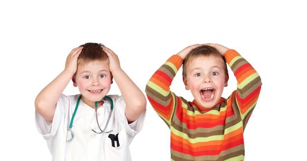 Zaskoczeni bliźniacy z doktorem i przypadkowymi ubraniami