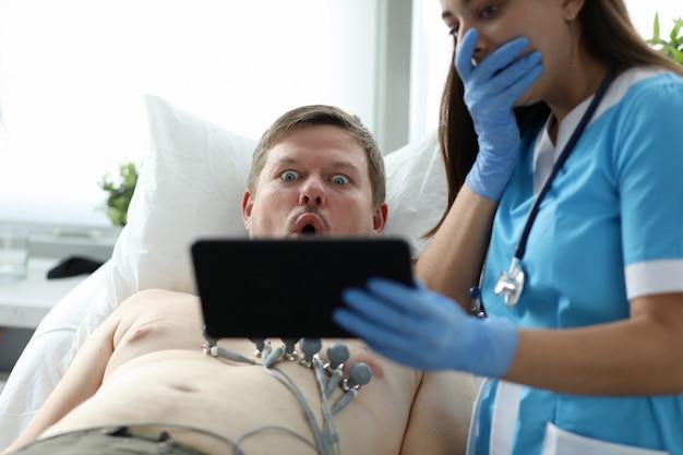 Zaskoczeni ludzie w klinice
