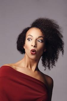 Zaskoczona atrakcyjna kobieta z fryzurą afro