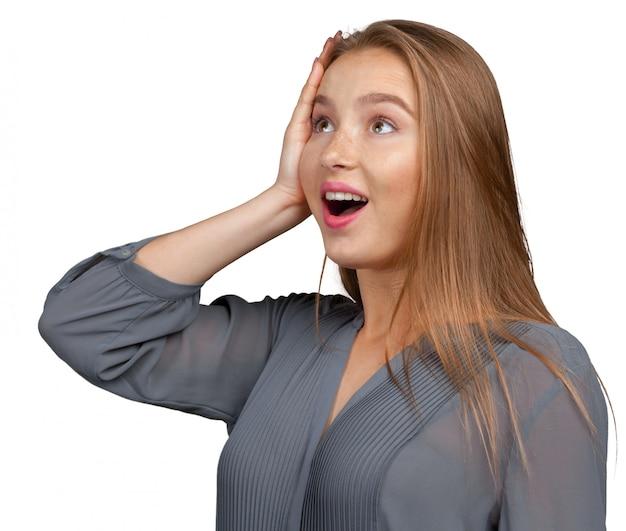 Zaskoczona bizneswoman zdziwiona lub zszokowana niespodziewanymi wiadomościami