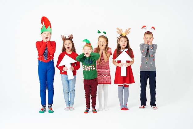 Zaskoczona grupa dzieci w stroju bożonarodzeniowym
