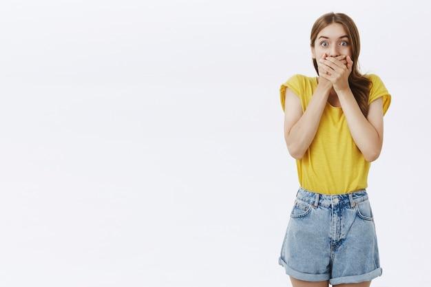 Zaskoczona i zdumiona młoda dziewczyna dysząca, wyglądająca na pod wrażeniem
