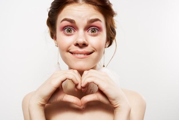 Zaskoczona kobieta nagie ramiona ozdoba makijaż zbliżenie