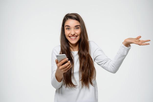 Zaskoczona kobieta otrzymuje niesamowite wiadomości na smartfona