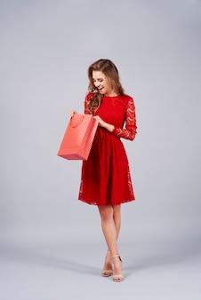 Zaskoczona kobieta otwierająca prezent
