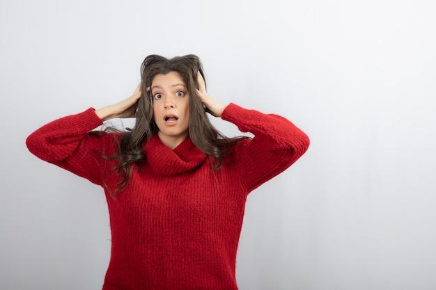 Zaskoczona kobieta trzymająca głowę
