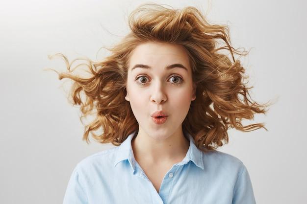 Zaskoczona podekscytowana kobieta wyglądająca na pod wrażeniem, mówiąca wow