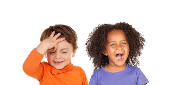 Zaskoczone dzieci na białym tle