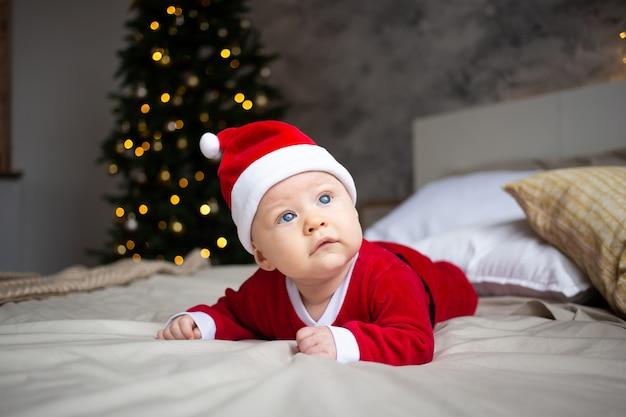 Zaskoczony atrakcyjny chłopczyk w stroju świątecznym