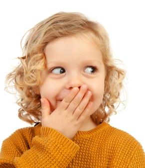 Zaskoczony blond dziecko o niebieskich oczach