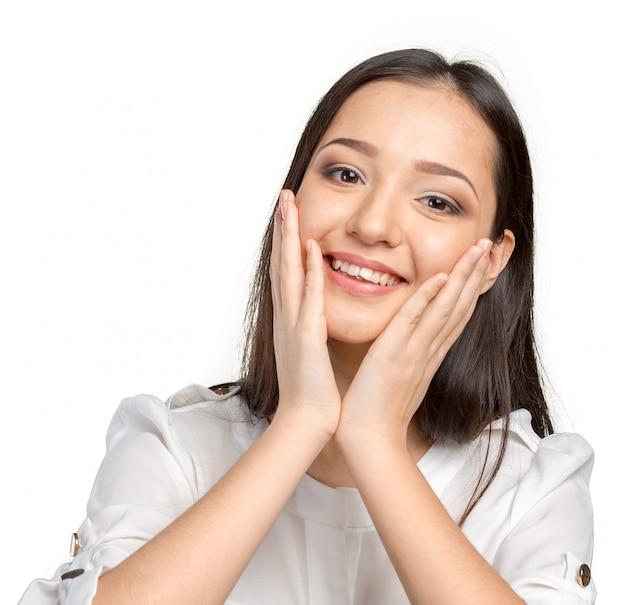 Zaskoczony businesswoman z rękami w górze zaskoczony lub zszokowany niespodziewanymi wiadomościami