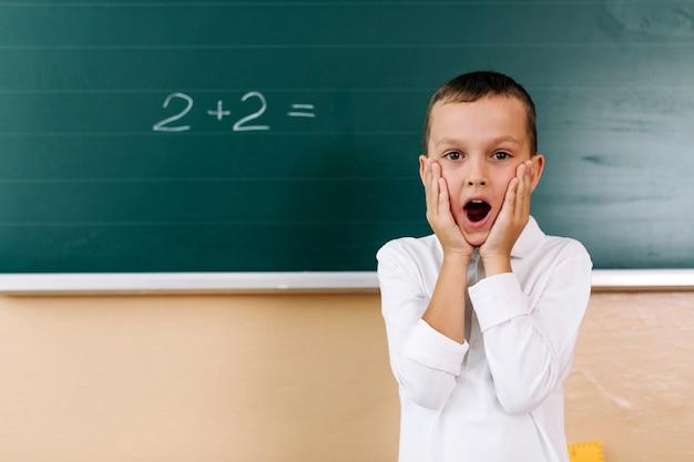 Zaskoczony chłopiec w klasie