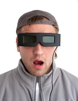 Zaskoczony gracz w okularach 3d. na białym tle