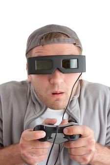 Zaskoczony gracz z joystickiem i okularami 3d. na białym tle