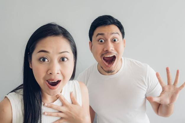 Zaskoczony i zszokowany para kochanka w białej koszulce