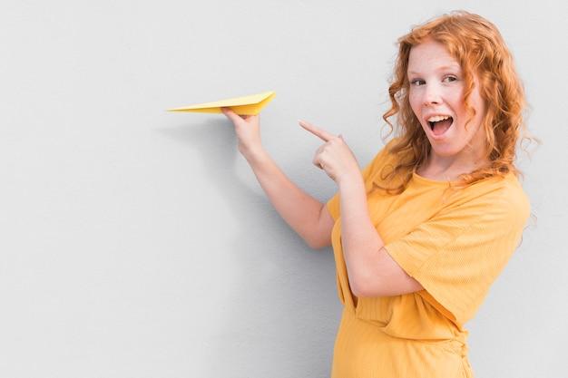 Zaskoczony kobieta i papierowy samolot