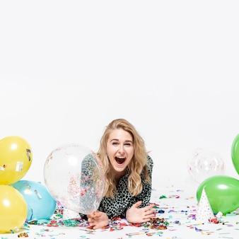Zaskoczony, kobieta trzyma przezroczysty balon