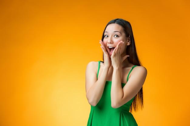 Zaskoczony, kobieta w zielonej sukni