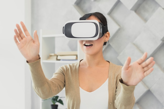 Zaskoczony, kobieta z wirtualnym zestawem słuchawkowym