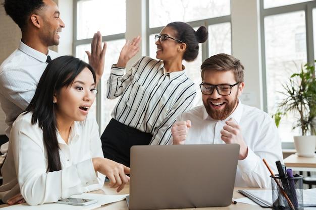 Zaskoczony, krzyczący młodzi biznesowi koledzy