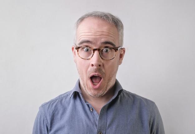 Zaskoczony mężczyzna, robiąc zszokowaną twarz