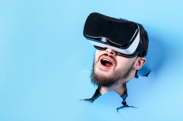 Zaskoczony mężczyzna w okularach wirtualnej rzeczywistości. urządzenie vr.