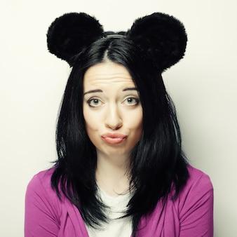 Zaskoczony młoda kobieta z uszami myszy