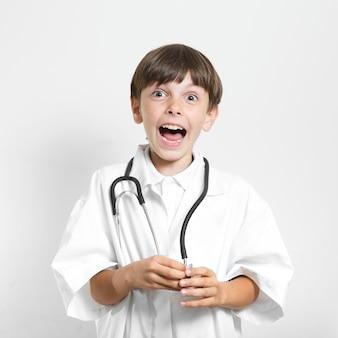 Zaskoczony młody chłopak ze stetoskopem