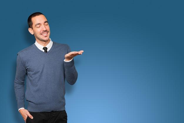Zaskoczony młody człowiek trzymający coś w ręku
