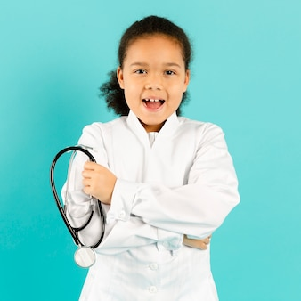 Zaskoczony młody lekarz średni strzał