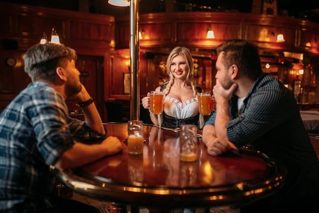 Zaskoczony, pijany mężczyzna schodzi na piersi kelnerki