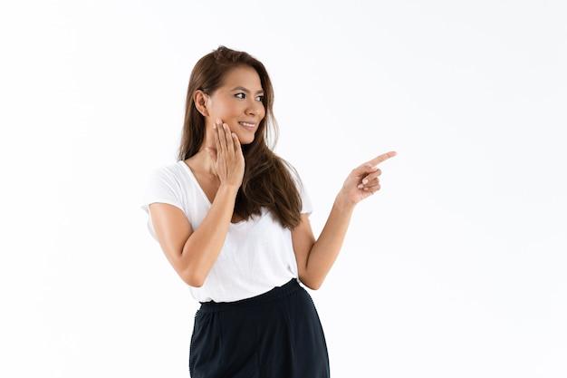 Zaskoczony podekscytowany dziewczyna pokazano ważną informację