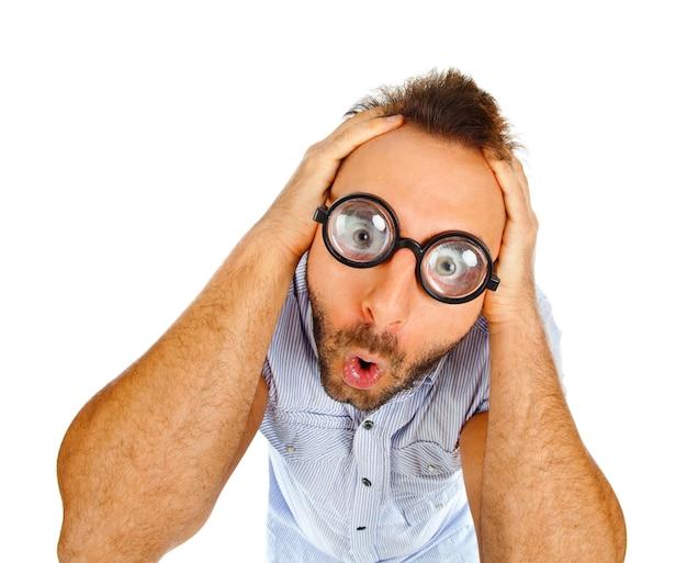 Zaskoczony wyraz młodego człowieka z grubymi okularami
