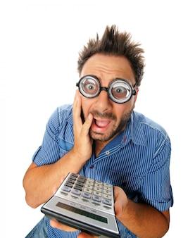 Zaskoczony wyraz młodego człowieka z kalkulatorem
