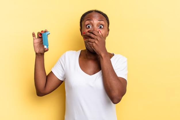 """Zasłanianie ust dłońmi ze zszokowanym, zdziwionym wyrazem twarzy, dochowanie tajemnicy lub mówienie """"ups"""". koncepcja astmy"""