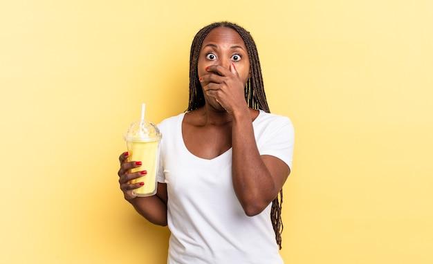 """Zasłanianie ust dłońmi ze zszokowanym, zdziwionym wyrazem twarzy, dochowanie tajemnicy lub mówienie """"ups"""". koncepcja koktajlu mlecznego"""