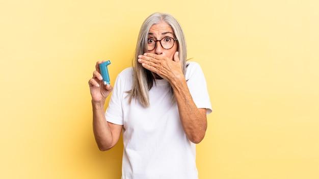 """Zasłanianie ust dłońmi ze zszokowanym, zdziwionym wyrazem twarzy, dochowywanie tajemnicy lub mówienie """"ups"""". koncepcja astmy"""