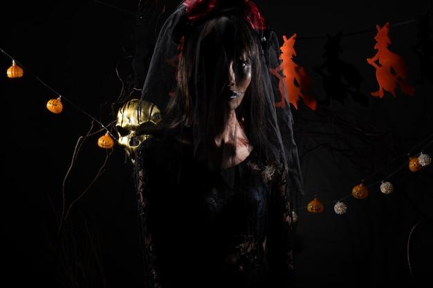 Zasłona black widow duch dziewczyna pokrywa twarz świeżego rany